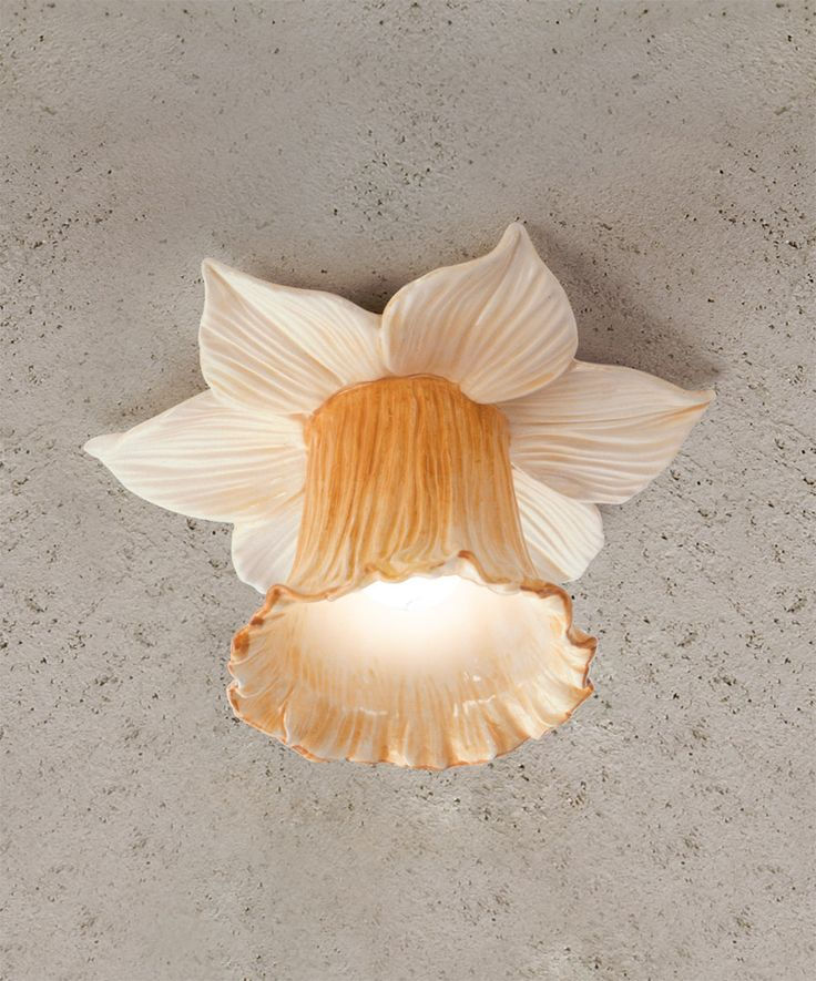 I Narcisi: Faretto ad incasso disponibile nelle versioni in ceramica bianca o decorata. Queste soluzioni, perfette in un ingresso o appese sopra ad un tavolo, donano all'ambiente una luce calda ed avvolgente.