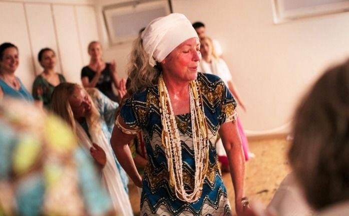 Mãe de Santo austríaca está levando a todo o mundo a bandeira de Oxalá, como diz o Hino. Astrid Habiba Kreszmeier é Mãe de Santo na Suíça desde 2006