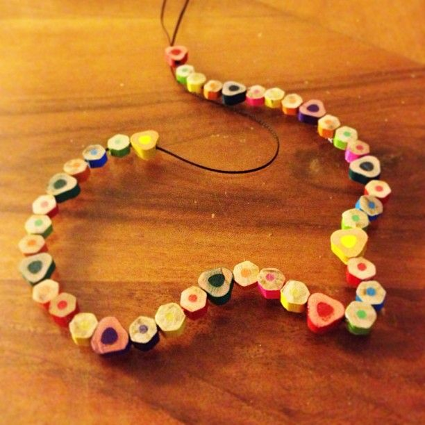 Homemade pencil crayon necklace collier Fete des meres Mother's day #mothersday