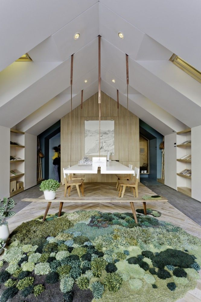 """LOVE the flooring & how it relates to the back wall/partition. That mossy looking biz-nass is freaking me out.  Casa FOA 2012: """"Home Office"""" / Estudio Nidolab"""