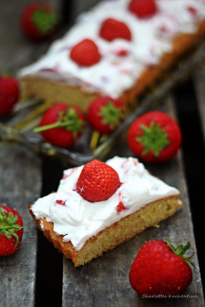 Für diesen schnellen Erdbeer Quark Kuchen benötigt ihr wenige Zutaten und eine Zubereitungszeit von einer 1/2 Stunde, inklusive Backzeit.