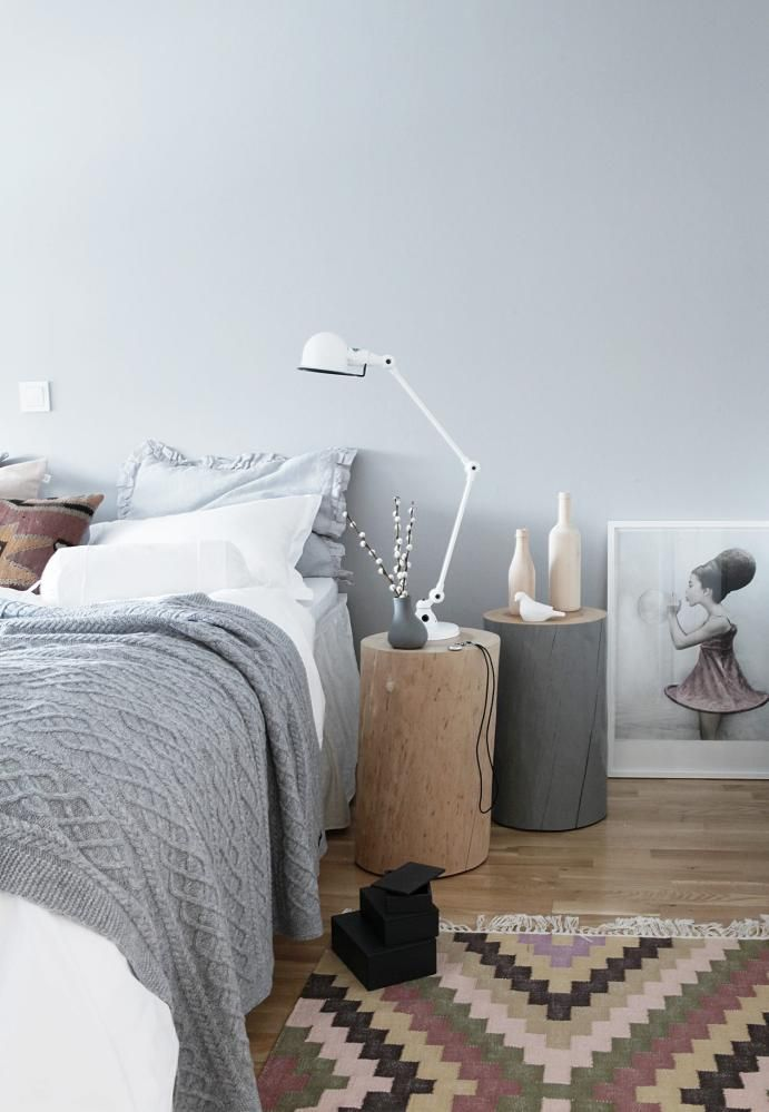 Soothing gray and light natural wood bedroom: Two tree stumps as side table. One left natural, the other painted a slightly darker color than the walls.  http://www.klikk.no/bolig/inspirasjonsguiden/article652550.ece#/image/taarnet.no_image_529888