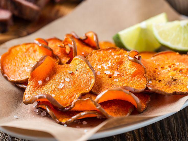 """Med sin söta, rika smak och vackra färg har sötpotatis blivit en favorit för många. Testa de här goda chipsen gjorda på sötpotatis och du kommer aldrig vilja äta """"vanliga"""" chips igen."""