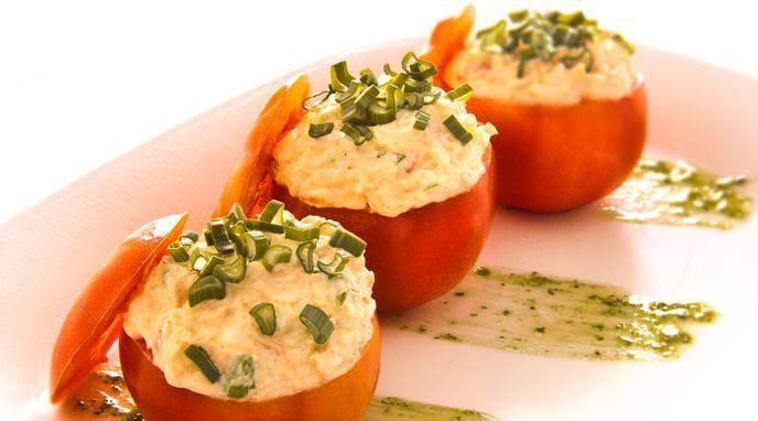 Mirá esta riquísima receta de tomates rellenos y sorprendé a tus comensales con los sabores naturales de las hierbas, especias y condimentos de Alicante.