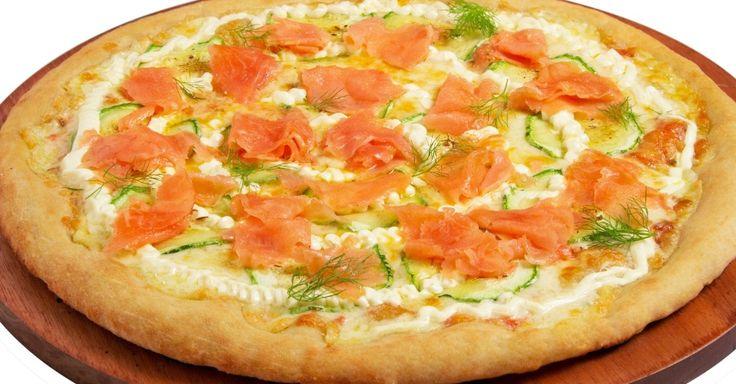 A rede de restaurantes Viena promove o mês da pizza, com dois sabores de pizza que poderão ser provados até 31 de julho. A Del Mare (R$ 54,90 a pizza grande) leva salmão defumado com abobrinha salteada e cream cheese. Mais informações no site: www.viena.com.br.
