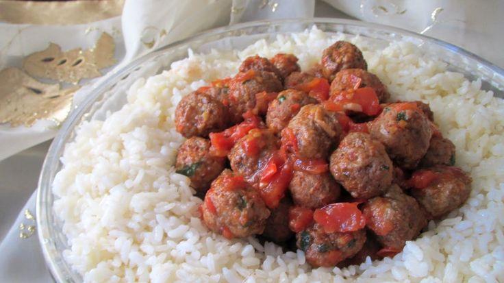 Ali baba pilavı köfte ile pilavı buluşturan özel pilav tariflerinden biridir. Akşam yemeklerinde güzel sunumu ile masanızı süsleyecek olan pilav yanında ana yemek ihtiyacınız olmayacaktır.