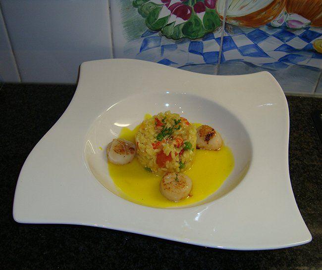 Recept voor Sint Jacobsvruchten, risotto met rivierkreeftjes en saffraansaus. Meer originele recepten en bereidingswijze voor visgerechten vind je op gette.org.
