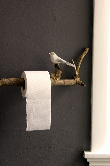 coole Idee fürs Badezimmer. Klopapierrollen Halter aus einem Ast.