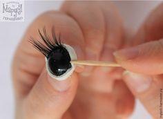 Красивые глазки с ресничками делают практически любую игрушку еще более трогательной, очаровательной, милой. Однако нередко рукодельницы сталкиваются с трудностями: как приклеить реснички так, чтоб они выглядели максимально натурально и прочно держались? Давайте попробуем с этими трудностями справиться вместе!Нам понадобятся:1. Готовые глазки или черные пуговки-грибочки на ножке.2.