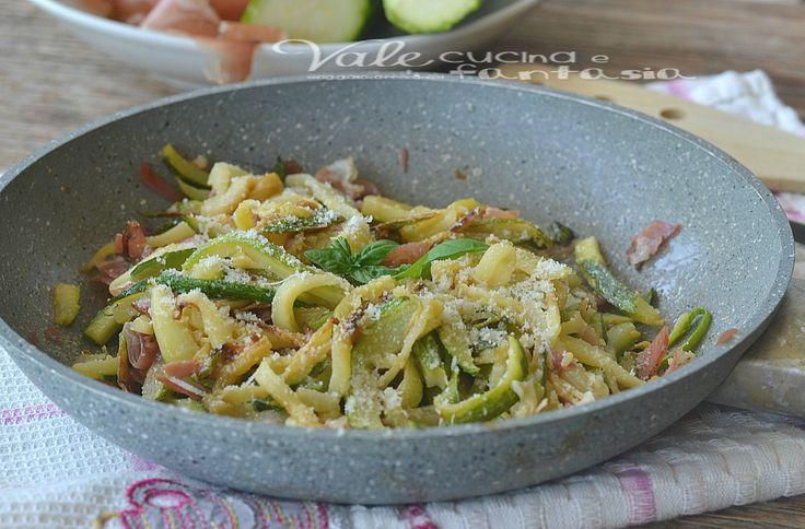 Zucchine con speck e parmigiano ricetta veloce, facilissima, estiva e golosa, ricetta con le zucchine ideale per quando andiamo di fretta, appetitosa