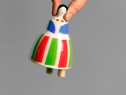 Oryginalny, ceramiczny dzwonek. Posiada dwie, wydające dźwięk nóżki.