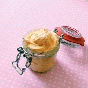 Čerstvou bylinku natrháte a dáte do zavařovací láhve. Přidáte 3 lžíce bambuckého másla, 2 lžíce olivového oleje a lžíci kokosového oleje. Zahříváte ve vodní lázni asi 20 minut a pak necháte ztuhnout. To jsem opakovala 3 dny a poté jsem máslo přecedila přes plátno a slila do krabiček. Máte připravený skvělá základ do šlehaných másel nebo balzámů na rty.