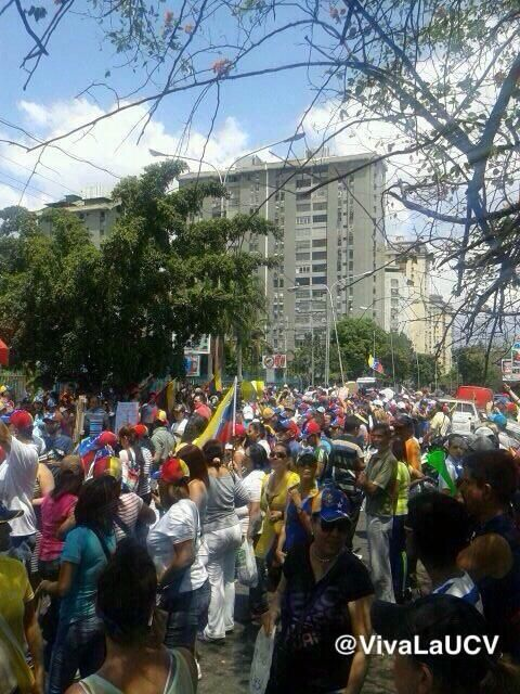 Continúan llegando personas a la protesta en la Av Bermúdez de Maracay 12:20pm pic.twitter.com/qekqKY9vNA