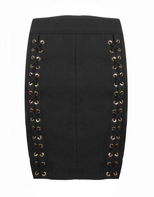 West Rok Zwart Goldie-Estelle    Nauwsluitende rok met elastiek in de taille. De voorzijde is versierd met veters die door gouden ogen zijn geregen. De rok is high-waist te dragen en valt dan boven de knieën. Hij sluit achter met een gouden rits.