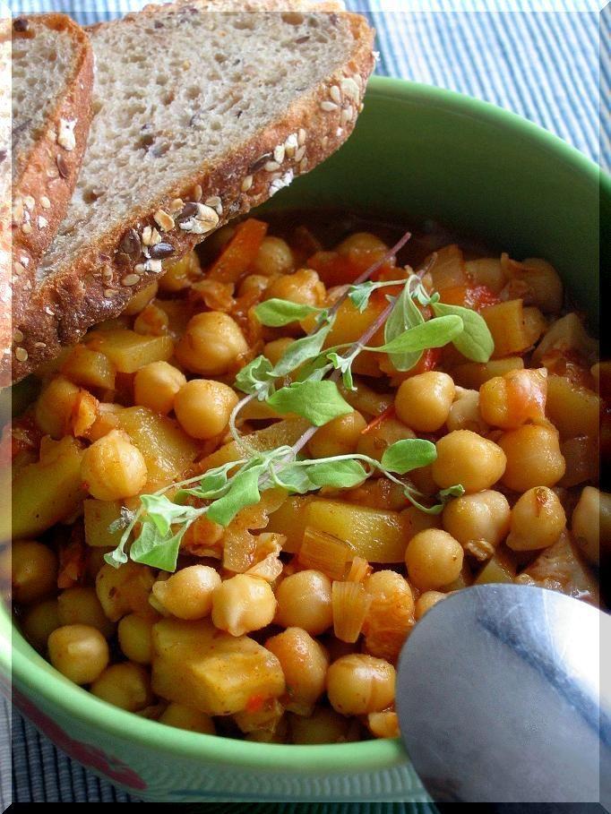 Na oleji orestujeme cibuli, mrkev, celer, kapustu, ke konci přidáme pokrájený česnek, 1 lžíci sl. papriky, trošku mletého kmínu, rajčata...