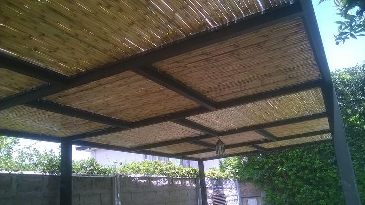 Cielo ornamental realizado con panel rígido de varas de bambú colihue, cubriendo la estructura entre vigas, permitiendo cubrir con sombra a la terraza, pero a su vez dar una intención decorativa con los paneles con distintas direcciones el sentido de las varas