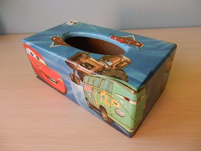 Krabička na kapesníky Cars Krabička na kapesníčky je vyrobená ubrouskovou technikou, vleze se do ní až 200ks kapesníčků, má spodní vysouvací dno. Nádherná dekorace!! Motiv na krabičce je ubrousek, vše je řádně přelakováno, lze otírat vlhkým hadříkem.