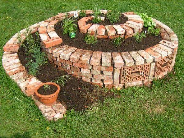 ╭⊰✿ jardin en spirale de briques