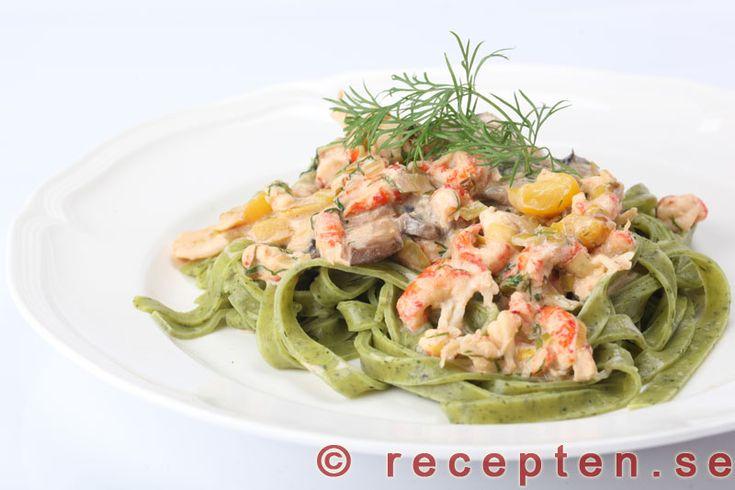 Mycket gott och lyxigt recept på pastasås med kräftstjärtar som du gör snabbt och enkelt. Bilder steg för steg.