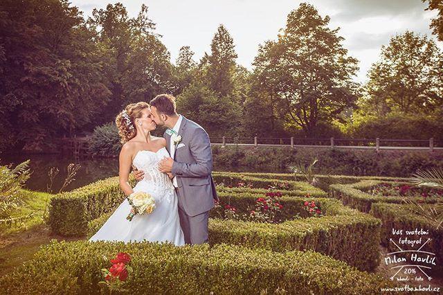 """Další fotka ze svatby Jáji a Dana na Červené Lhotě... Tato je focená v té malinkaté zámecké """"zahrádce"""" :-) Bylo parádní světlo ... #svatba #wedding #svatebnifoto #weddingphoto #svatebnifotograf #weddingphotographer #czechwedding #czechphotographer #czechweddingphotographer #nevesta #zenich #zapadslunce #cervenalhota #zamekcervenalhota #jiznicechy #southbohemia #pohadka #pohadkovasvatba #romantika #romantic #mamsvojipracirad #fotiltomilan  Více svatebních fotek najdete na www.fotiltomilan.cz"""
