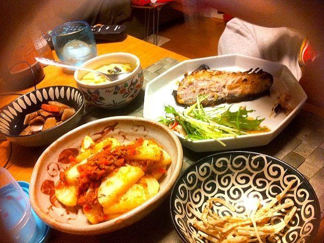 仕事の日は楽ちんご飯。 お魚は東京のおばあちゃまがわざわざ福岡の「やまや」で取り寄せした冷凍の焼くだけパックのお魚でやんす。酒に合っておいしかったらしい。 西京焼きもそうだし、長芋もわたしは苦手なので、味付け具合がさっぱりわからんかったけど、まあミートソースで焼いてハズレはないかとやってみた。 私はホットワインとベビーチーズでちびちびやりました。 - 3件のもぐもぐ - 夕食。つぼ鯛の西京焼き、茶碗蒸し、長芋ミートソース焼き、ごぼうサラダ、水菜とかにかま、根菜煮物。 by mokoccchick