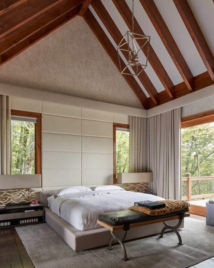 paredes de cuero en el dormitorio con techo abovedado