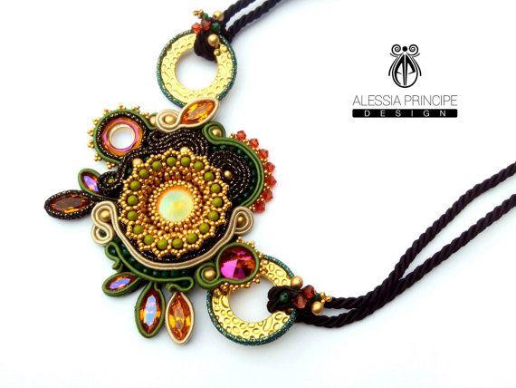 Collana in soutache e tessitura di perline realizzata interamente a mano con cristali Swarovski originali. I componenti dorati sono in oro etrusco. Chiusura in acciaio inox.