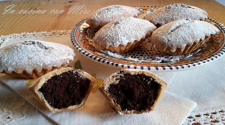 """I bocconotti calabresi o """" buccunotti """"sono dolci di pasta frolla ripieni con mandorle e cioccolato, bocconi che si mangiano con golosità tanto sono buoni."""