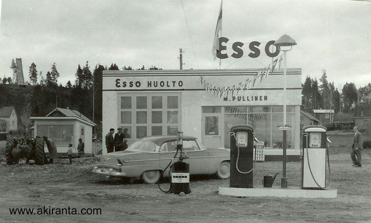 Vuonna 1956 valmistui uusi myymälä ja huoltorakennus. Vanha kioski näkyy kuvassa vasemmalla.Uuden rakennuksen katolla suomenlippu ja mittareilta viirinauha rakennukseen. Kuva avajaispäivältä. Huomaa Oitin hyppyrimäki kuvan vasemmasssa yläkulmassa. (Kuvan omistaa Martti Pullinen)    kuva314.jpg