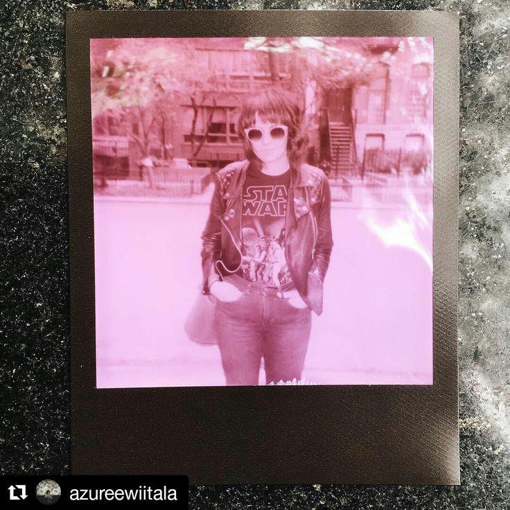 @azureewiitala es una de nuestras fotógrafas instantáneas favoritas y tiene este retrato tan molón con el nuevo papel de @impossible_hq para antiguas cámaras #Polaroid ¡En negro y rosa!