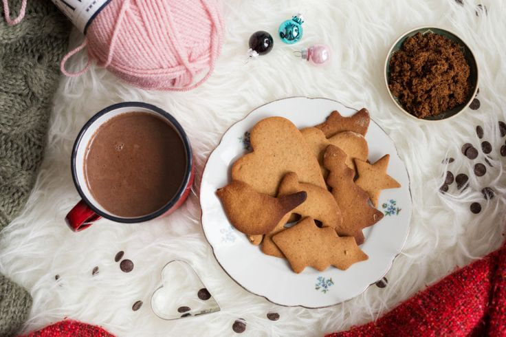 A spiced hot chocolate, some gingerbread cookies and a fluffy blanket. Welcome to my own idea of a perfect winter Sunday.