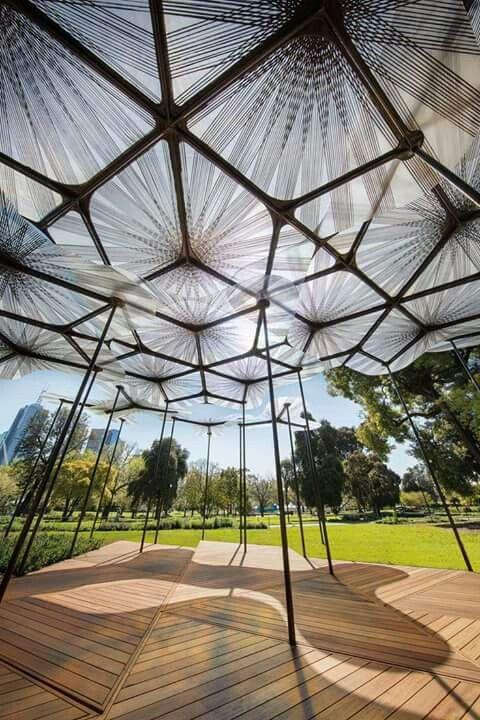 Pétalas de fibra de vidro se sobrepõem para criar o teto transparente de MPavilion com inspiração na floresta. By Amanda Levete.