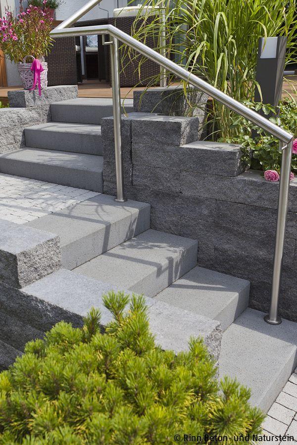 Catania Mauersteine wurden hier beim Aufgang zur Terrasse mit Blockstufen kombiniert. Das edle Edelstahlgeländer passt gut zu den Grautönen der Beto… – Rinn Beton- und Naturstein