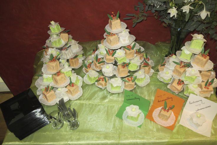 Jubileum mini taartjes 'eucharis en oranje euforbia'