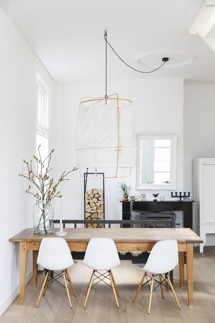 Helles Esszimmer Mit Holztisch Und Weissen Stuhlen Helles Esszimmer