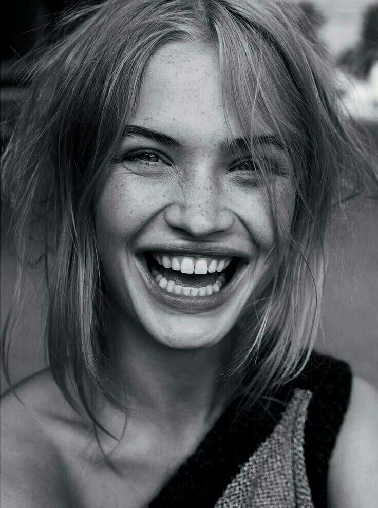 Frau lacht, lächelnde Frau, großes Lächeln, Zähne, schwarz und weiß, Graustufen – Kendall