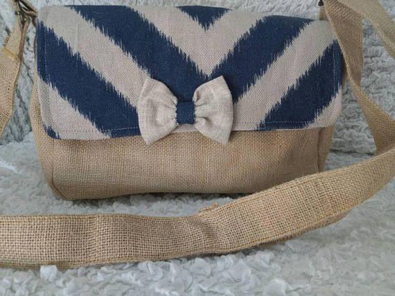 Único a esta original bolsa de arpillera. Hecho a mano Bolso de cuerpo de la Cruz. Usted puede usar cruzado o el epoule. Está hecho con arpillera. Es un lienzo flexible pero en un corto grueso. Es una tela en tonos doble 100% algodón gris. Tiene un bolsillo grande. La bolsa mide 28