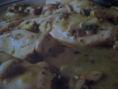 Poitrines de poulet eugénie  -  pol martin de Callyoe - Pol Martin - Télé Cuisine - 3e Série - No. 22 (126)Pour 4 personnes3 c. soupe de beurre4 poitrines de poulet1 petit poireau émincé1 tasse de c...