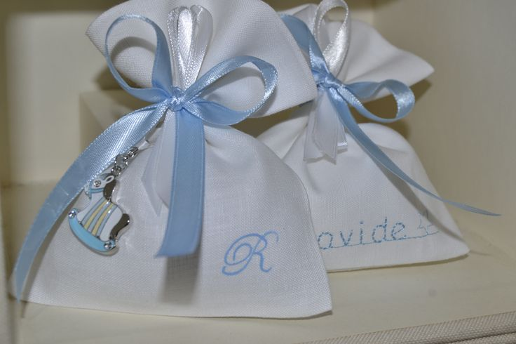 Sacchettini porta confetti in puro lino con iniziali dipinte a mano e nomi ricamati. Collezione nuova 2015!