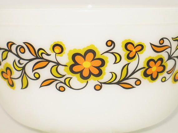 Beautiful JAJ Pyrex bowl from the 70s, made in England. The bowl is made of heat-resistant glass and can not be missed in any vintage kitchen! The floral decor is in an excellent condition, the three bowls are undamaged. height : ca.9 cm diameter : 18,5 cm weight : 1,649 kg