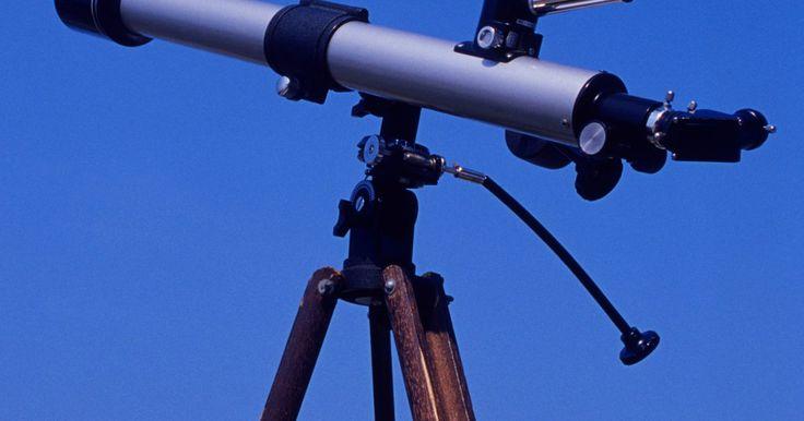 ¿Cuáles son los componentes de un telescopio refractor típico?. Un telescopio refractor tiene un cuerpo recto, tubular que sostiene un conjunto de lentes que te permiten ver los detalles de los objetos distantes. Una lente grande en un extremo recoge la luz, y lentes más pequeñas en el otro extremo sirven como un ocular a través del cual observas. Galiei Galileo y Kepler Johannes elaboraron muchos de los ...
