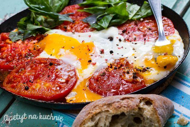 Pomidory z jajkami i bazylią