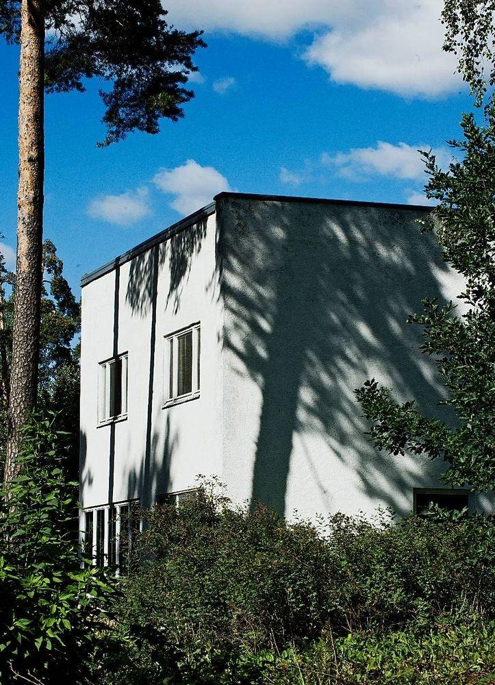 Bostäder till priser som man inte kan drömma om i Helsingforsregionen. I den kulturmärkta Aalto-ritade helheten i Sunila i Kotka säljs boende för ungefär 900 euro per kvadratmeter. Och då bor man på världskartan.