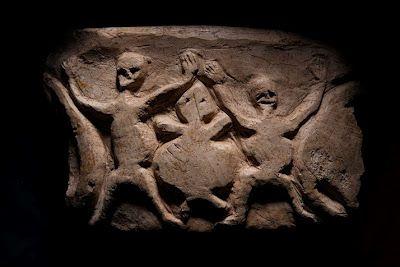 Колонны храмов Гёбекли-Тепе украшены резьбой по камню. Узнаваемы: львы, быки, кабаны, лисы, газели, змеи и другие рептилии, насекомые, паукообразные, птицы (чаще всего грифы и водоплавающие).   Изображения грифов связывают с особенностью местного культа; предполагается, что мёртвых не хоронили, а оставляли на съедение грифам, а их головы отделяли от туловища и хранили как предмет культа предков (как в предшеств. натуфийской культуре).