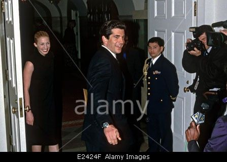 John Kennedy, Jr and wife Carolyn Bessette-Kennedy arrive for the State Dinner for British Prime Minister Tony Blair February 5, 1998 at the White House in Washington, DC. Stock Photo