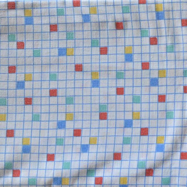 <p>Taie traversin vintage avec un imprimé petits carreaux multicolores, légèrement délavé, état d'usage, fabriquée en France. Pour apporter une touche douce et vintage à votre chambre ou utiliser le tissu pour une autre création ! On aime ce motif qui évoque déjà la prochaine rentrée !</p>