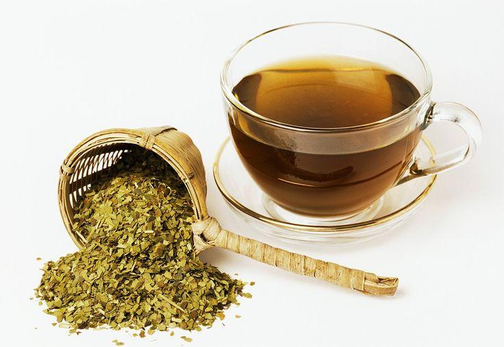 Matetee enthält Koffein, Gerbstoffe, Vitamin A, B1, B2 und C. Durch das Koffein besitzt er eine anregende Wirkung. So wird er richtig zubereitet: http://eatsmarter.de/rezepte/matetee