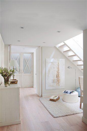 El blanco, protagonista de una casa de dos plantas · ElMueble.com · Casas