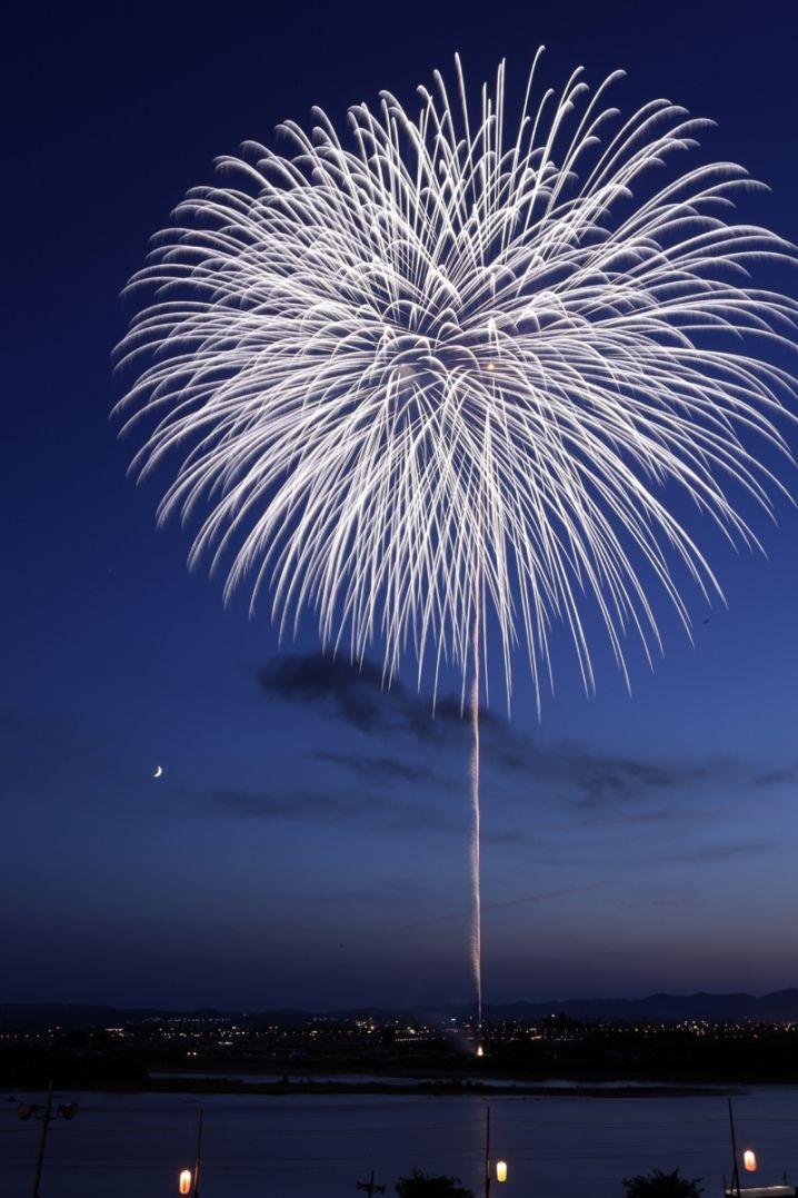 """Memorial Fireworks """" White Chrysanthemum"""" in the beginning of Nagaoka Fireworks Festival."""