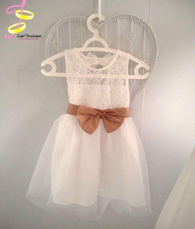 Elegante bruidsmeisjes jurk met satijnen strik.De top is bewerkt met zachte kant stof. De rok bestaat uit drie lagen van satijn en tule.Aan de achte